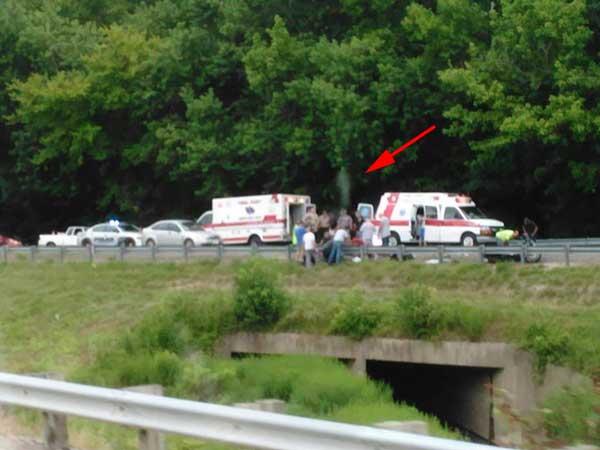 alma de un motociclista saliendo de su cuerpo después de un accidente fatal