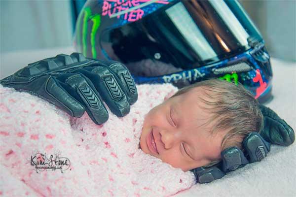 La sonrisa de esta recién nacida durmiendo en los guantes de su papito muerto te robara el corazón