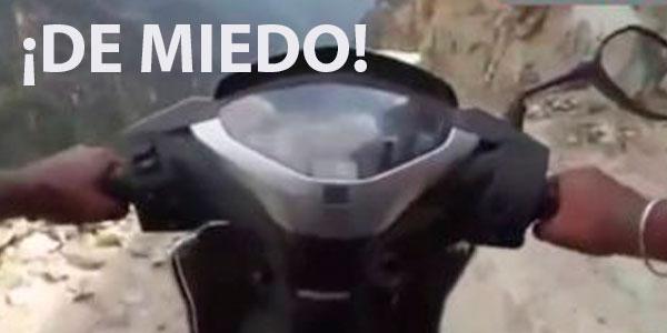 Hombre Indio Monta Una Motocicleta Y Recorre El Camino De Un Acantilado