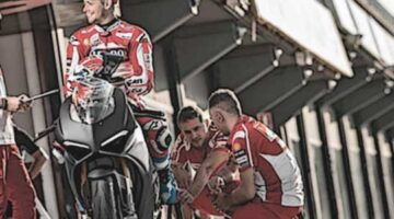 Casey Stoner con la Ducati Panigale V4 en Valencia